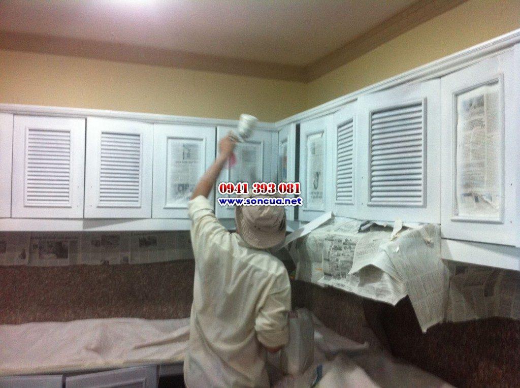 Phun sơn tủ bếp màu trắng